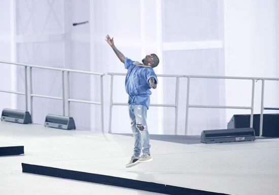 Kanye West lanza el micrófono al aire y sale del escenario