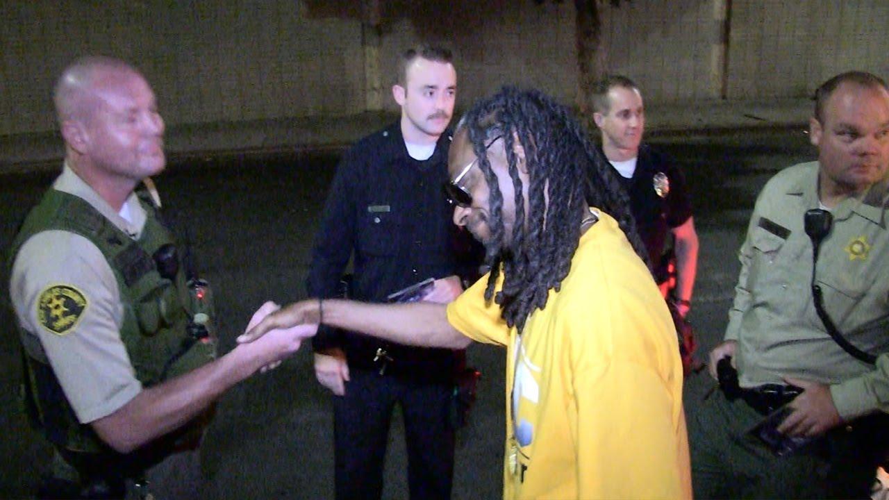 Snoop Dogg le regala un cd a la policía