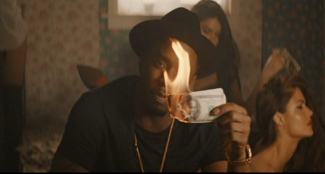 Puff Daddy quema el dinero en su nuevo videoclip