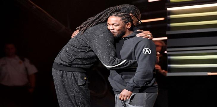 Kendrick Lamar le entrega el premio «I AM Hip Hop» a Snoop Dogg