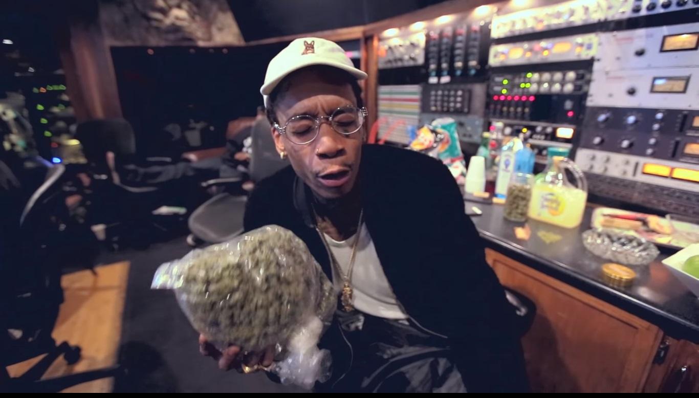 Wiz Khalifa le regala marihuana a unos periodistas
