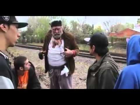 Un vagabundo se mete en mitad de una batalla y los deja boquiabiertos!