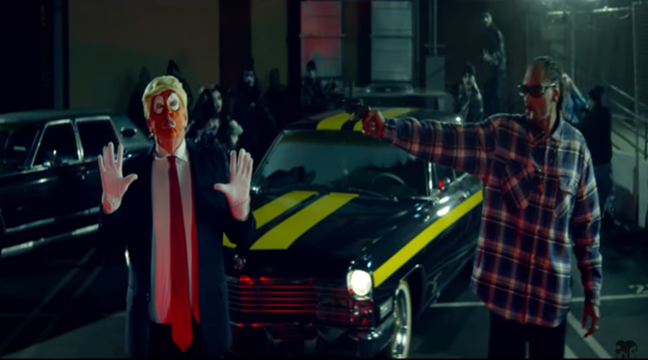 Snoop Dogg simula pegarle un tiro a Trump en su nuevo videoclip