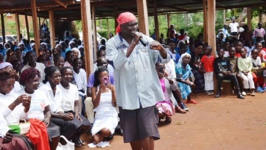 Suspenden a un cura keniata por predicar a ritmo de rap